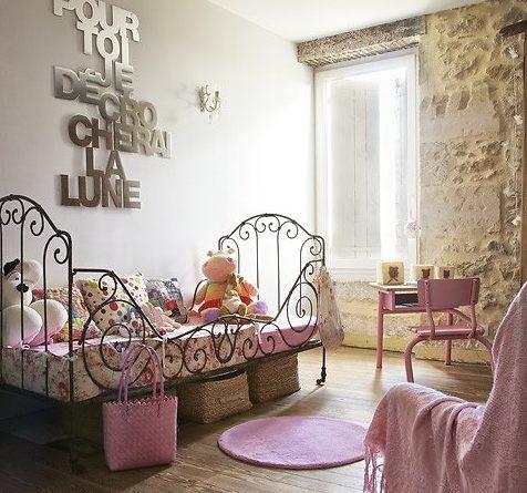 foto-1-kovanaja-krovat-v-interere-detskoj-spalni-vypolnennoj-v-stile-provans1